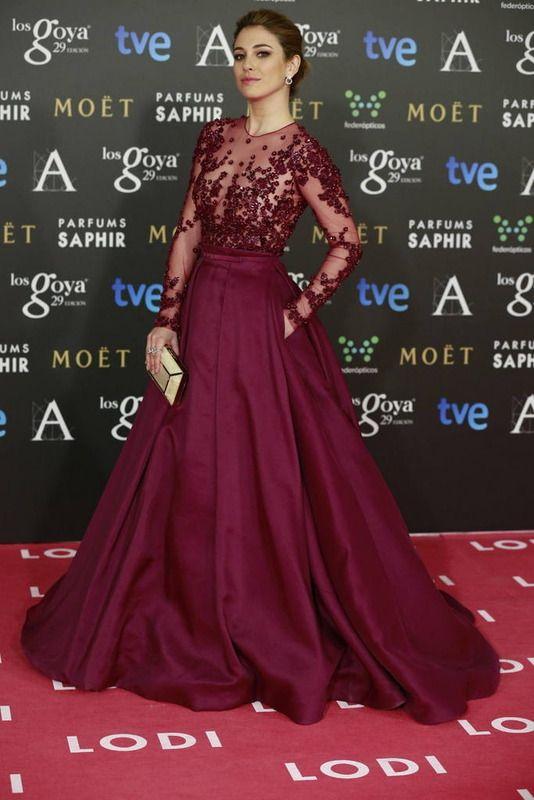 Premios Goya: Blanca Suárez espectacular y muy favorecida con un vestido joya en color berenjena con transparencias y detalles de strass de Zuhair Murad. Añadió a su outfit un clutch nacarado en blanco.
