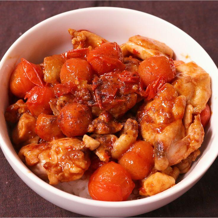 「中華風!トマトと鶏肉のピリ辛丼」の作り方を簡単で分かりやすい料理動画で紹介しています。ミニトマトのぷちっと食感と酸味が、甘辛いタレに絡み食欲がどんどんわきます。 ジューシーな鶏もも肉との相性も抜群ですので、ご飯ももりもり進みます。 パッと簡単に出来るお手軽なピリ辛丼、是非お試し下さい!