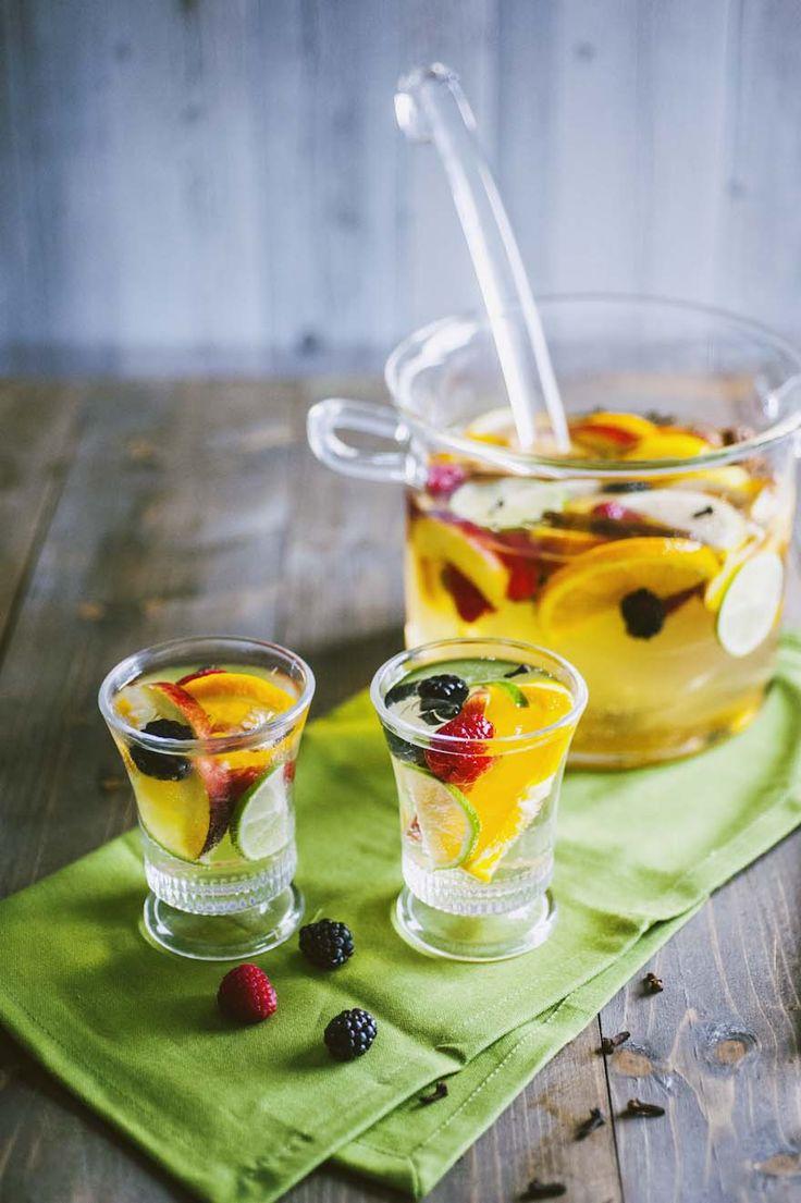La sangria bianca, compagna d quella classica, è ricchissima di frutta ed è ideale da servire ad un barbeque o un bel pranzo all'aperto!