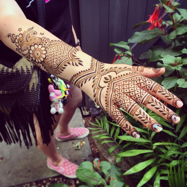 I'll be at @citrinemv today for drop ins from 12:30-4 (having car trouble so making it to Vineyard Haven by noon is not looking good ). Looking forward to adorning you this weekend at MV Sound in #OakBluffs, should be a wonderful two days of music and vendors, can't wait! #maplemehndi #mehndi #henna #hennapro #MarthasVineyard #Edgartown #VineyardHaven #vineyardhenna #design #designermehndi #summer #summerhenna #adornment #detail #wearart