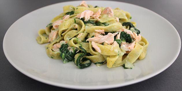 Forrygende hverdagsret med laks, frisk pasta og spinat. Et bevis på, at simpelt og lækkert sagtens kan gå hånd i hånd.