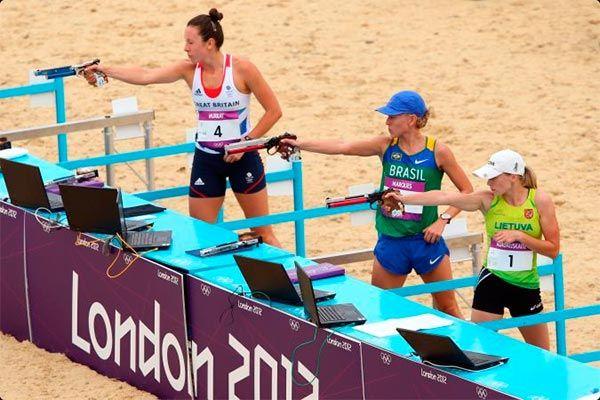 A brasileira Yane Marques (ao centro) enfrenta a britânica Samantha Murray (à esquerda) e a lituana Laura Asadauskaite para ficar com a medalha de bronze em Londres 2012