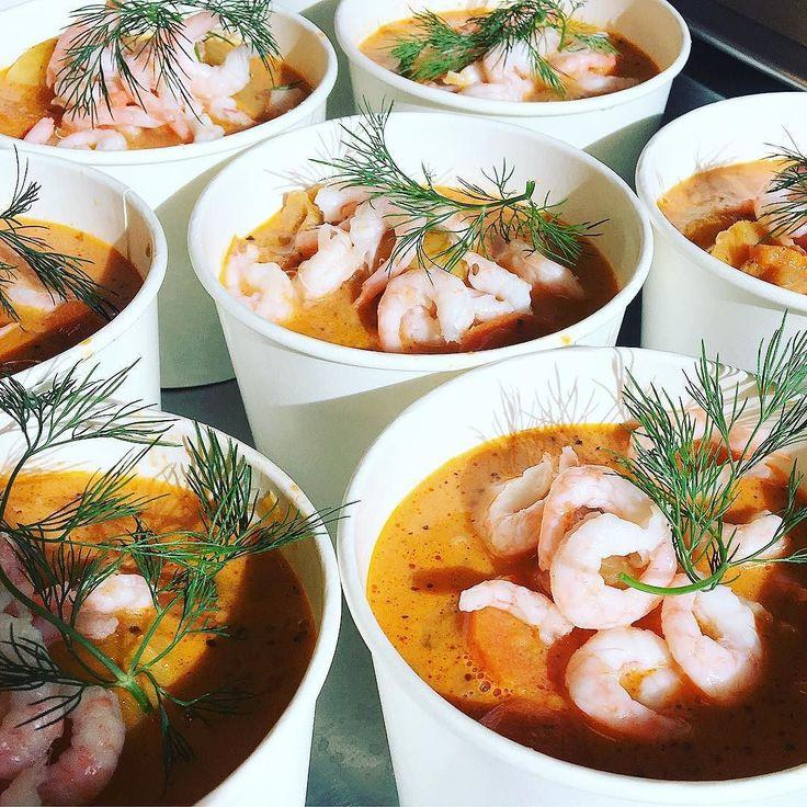 Idag serveras det en härlig fisk och skaldjurssoppa på torsk lax och handskalade räkor med potatis morot och fänkål. #sockermajas #torslanda #lunch #soppa #fisksoppa