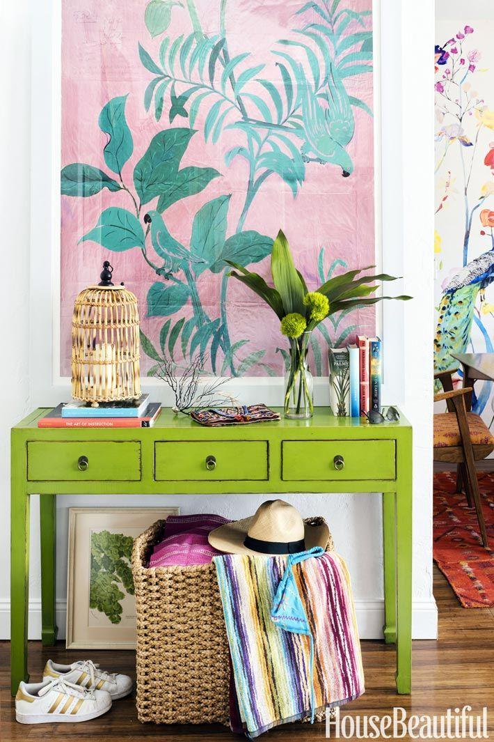 Над зеленой консолью висит холст с флористическим рисунком