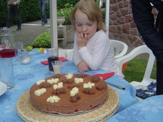 Anna mindenekelőtt alaposan szemügyre vette a csokifigurákat, majd feltette velük kapcsolatos kérdéseit - csak ezt követően volt szabad megkóstolni a tortát.   Ha körülnézek itt a blogon (és magam körül), jól látszik, hogy mostanában többet vendégeskedem, mint főzök. De...