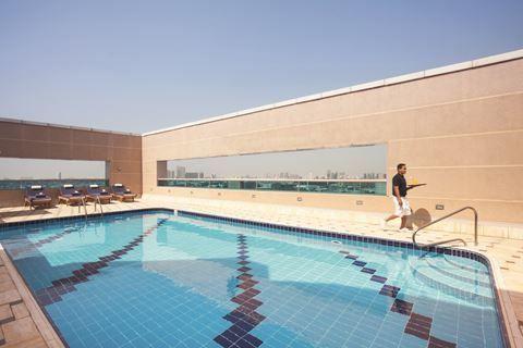 Movenpick Bur Dubai  Description: Ligging: Mövenpick Bur Dubai is ideaal gelegen op ongeveer 10 minuten van de belangrijkste locaties en op korte afstand van de internationale luchthaven van Dubai. Het hotel biedt een shuttleservice aan naar Dubai Mall en naar Kite Beach. Faciliteiten: Movenpick Bur Dubai is een 5-sterrenhotel en beschikt over 255 kamers. Bij aankomst treft u er een receptie met ruime lobby en liften. Voor uw maaltijden en drankjes kunt u terecht in één van de 3 restaurants…