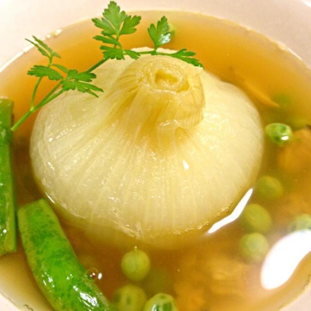 甘くてトローリとしたスープ。 今が旬の新玉ねぎと採れたてのグリンピース、これも旬のアサリを入れて、季節のものを使って簡単贅沢なスープです。 - 102件のもぐもぐ - 新玉ねぎの丸ごとスープ  主人と私の晩御飯 by shinnriko