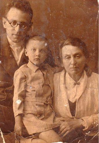 Vasilij Grossman con la madre e la figlia