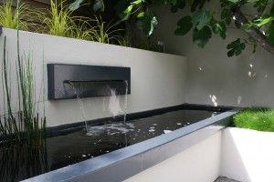 Strakke vijver met waterval