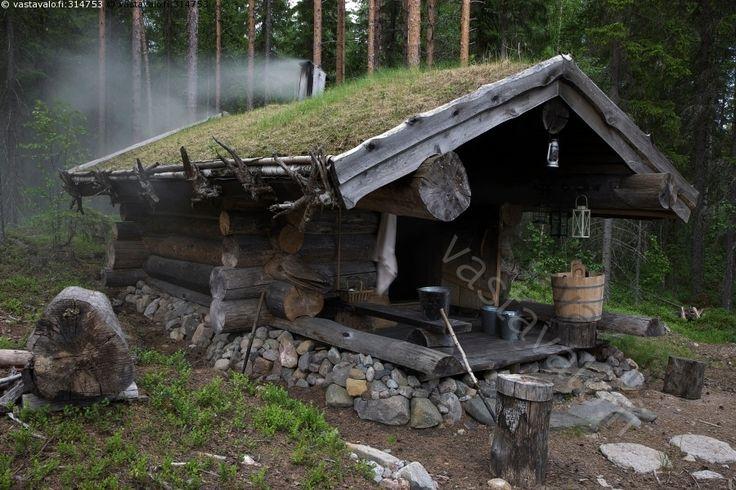 Savusauna - sauna savusauna kesä metsä turvekatto saavi lyhty lyhdyt savu