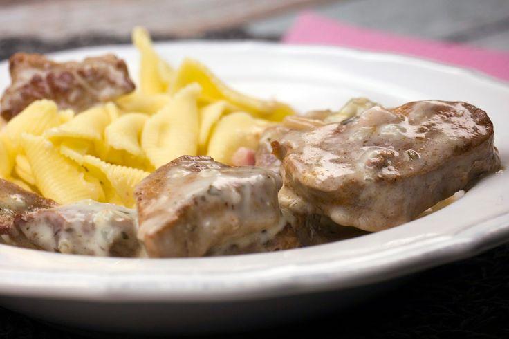 Schweinefilet in würziger Gorgonzola-Soße mit Speck und Pinienkernen