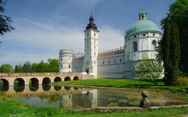 Zamek w Krasiczynie (Polska). Budowla ta, po Wawelu i twierdzy w Baranowie Sandomierskim, stanowi najcenniejszy zabytek architektury obronno-prezydenckiej okresu renesansu w Polsce. Jest przykładem wielkopańskiej rezydencji z cechami charakterystycznymi dla budownictwa i zdobnictwa włoskiego. Zamek w Krasiczynie zachwyca także zjawiskowym parkiem z rozległym stawem, po którym nieśpiesznie pływają łabędzie i kaczki.