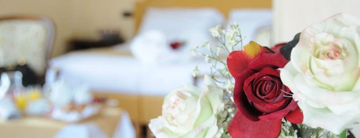 Albergo a Chianciano Terme: le camere e suites  L'Excelsior dispone di 72 camere, suddivise per tipologia e caratteristiche in: economy, standard, superior, junior suites e suites, offrendo la possibilità di ospitare famiglie con sistemazione in stanze comunicanti.