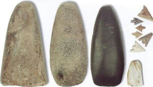 Neolítico: Conhecido também como Idade da Pedra Polida,o Neolítico é o período onde o homem se torna sedentário graças a invenção da agricultura, um dos mais importantes fatores que contribuiu para a criação da sociedade,da escrita e etc.