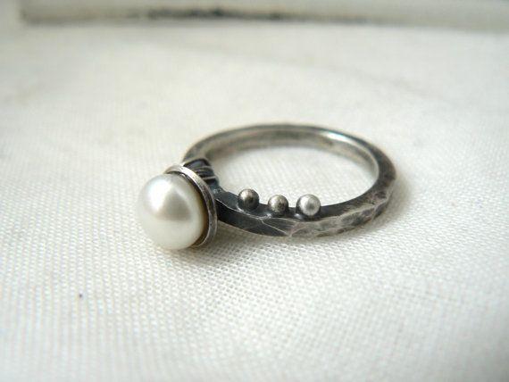 Bague en argent sterling oxydé et perle par VirginieMartinStudio