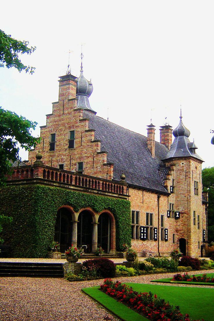De oudste vertrekken stammen nog steeds uit die tijd. Het huis had de vorm van een eenvoudig rechthoekig gebouw met een kelder. In tegenstelling tot de oudere stinsen met hun dikke muren werd de Heringastate alleen beschermd door een gracht. Door vererving kreeg de familie Van Eysinga de state in haar bezit. In 1631 liet Tjalling van Eysinga het huis verbouwen, uitbreiden en van een ranke toren met een markante uivormige bekroning en een indrukwekkende toegangspoort voorzien.