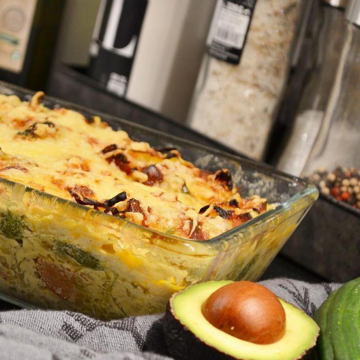 En riktig hittepå-gratäng, men så god den blev 😋. . Stekte upp chorizo korv, lök, vitkål, broccoli och paprika. Hällde på grädde, créme fraîche och sambal oelek. Ner i ungsform, massa ost på och in i ugnen tills den får fin färg 👌🏼 . . #lchf #lågkolhydratkost #naturligmat #renmat #fitnessfood #glutenfritt #recept fav #riktigmat #tips #gratäng