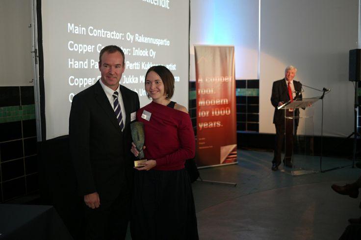 L'architetto Anu Pustinen di Avanto Arkkitehdit (a destra) riceve il primo premio da Nigel Cotton (ECI) nel corso di una cerimonia tenuta a Bruxelles.