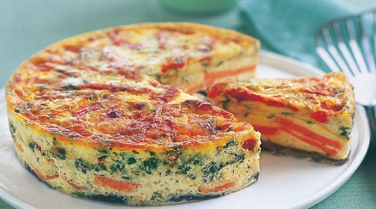 Omleta se primește savuroasă, te lasă fără cuvinte. Aromele plutesc prin bucătărie ca într-o poveste: mirosul de ceapă prăjită, ardei roșu și de crenvurști prăjiți! Ingrediente: 4 ouă; 100 g crenvurști; 1 ardei roșu; 30 g cașcaval; 3 cartofi; 1 ceapă; verdeață după gust (mie-mi place să fie cu multă verdeață); sare, piper după gust. Mod de preparare: Începeți prin fierberea cartofilor. Între timp tăiați ceapa rondele, jumătate de ardei tăiați-l feliuțe iar cealaltă jumătate cubulețe. Tăiați…