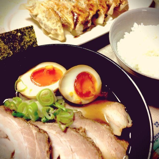 *チャーシュー麺 *餃子  昨日のチャーシューの煮汁で煮卵とラーメンのスープを作りました(*´艸`*)  餃子は野菜たっぷり♪ 一歳の息子は4つも食べちゃいました(^_^;) - 60件のもぐもぐ - 中華な夕飯 第二弾 by yutanpochan