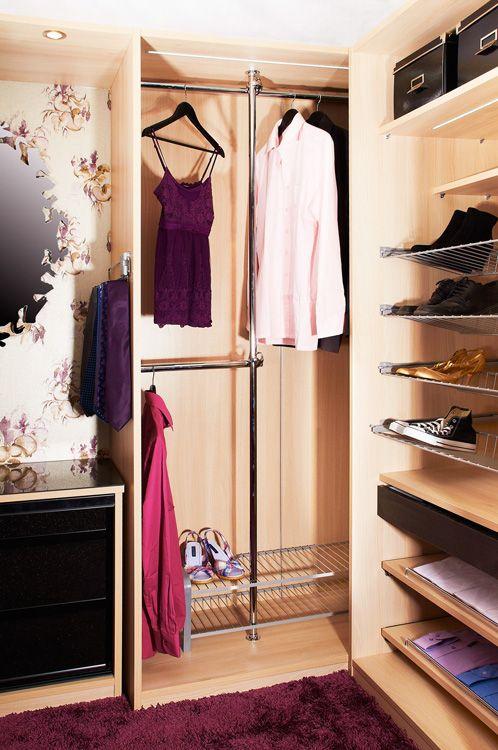 Inaria-järjestelmän monipuolisuus pääsee oikeuksiinsa vaatehuoneen reilussa tilassa. #vaatekaappi #walkincloset #säilytysratkaisut vaatteille