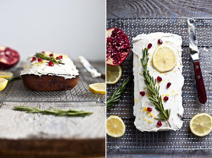 Cake Citron & Romarin ©EmilieMurmure - 2 branches de romarin - 1/2 t (170g) beurre - 1/2 t sucre 3 oeufs - 1 t + 1/4 farine - 1c à thé p a p - 2 c à tab de yaourt grec - zeste de 2 citrons Glaçage - 1/2 t fromage crème - 1/2 t yaourt grec - 2 c s érable- zeste 1citron Préchauffer à 350 Hacher fin les brins branche Mél le zeste, le romarin et le sucre ens. reposer. oeufs 1par1 blanchir  levure à la farine. Ajouter la farine yaourt et mélanger. Ajouter 'huile fondue moule graissé 40 min 300F
