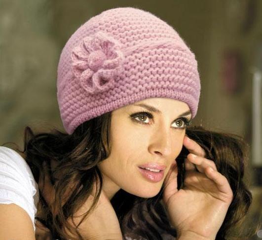 шапка связанная платочной вязкой с цветком