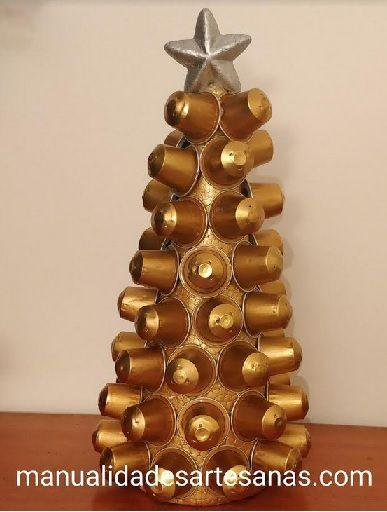 #Árbol de #Navidad dorado para escritorio hecho con #cápsulas #nespresso de #café  #HOWTO #DIY #artesanía #manualidades #reciclaje