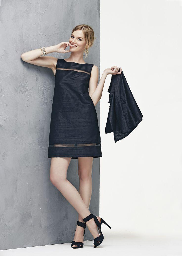 Shantung di seta nera per l'abito a trapezio con bordure trasparenti, completato dalla cappa bolero www.donnedasogno.it