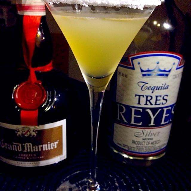今日もテキーラベースの一杯 マルガリータのバリエーションのひとつでホワイトキュラソーをオレンジキュラソーに、ライムジュースをレモンジュースに変えたカクテルです。  マルガリータは作者の恋人の死を偲んでつけられたネーミングと言われてますがギリシャ語で真珠のことでもあるそうで…。真珠は6月の誕生石なので勝手にマルガリータ月間です  テキーラ30cc グラン・マルニエ15cc レモンジュース15cc 塩 アルコール26度  材料をシェイクして塩でスノースタイルにしたカクテルグラスに注ぐ - 58件のもぐもぐ - あつし's BAR No.59オレンジ・マルガリータ by kedent17