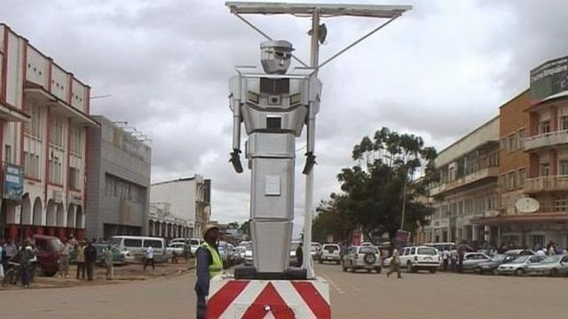 Innovation inversée : A Kinshasa et Lubumbashi, des robots « Made in Congo » régulent le trafic