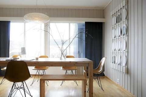 SAMLINGSPUNKT.Spisebordet har plass til mange og arkitekten har laget flere sittebenker som også brukes som salongbord. Lampen er fra gamle Jane Doe i Oslo. Stuens vegger er malt i S 2005 Y50R.