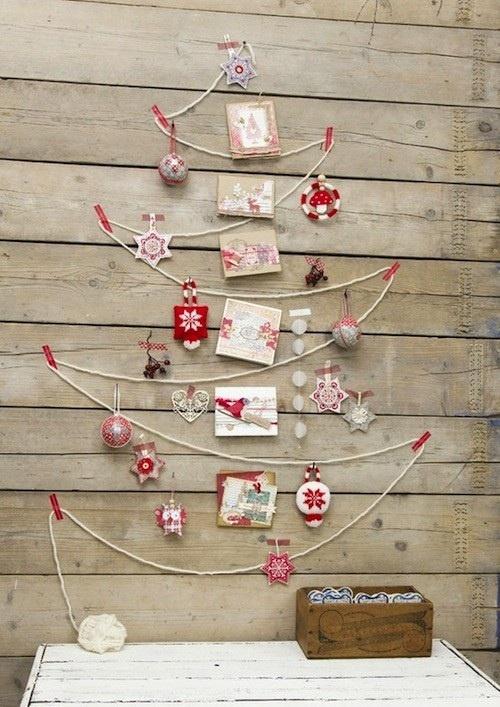 kerstboom van touw aan muur