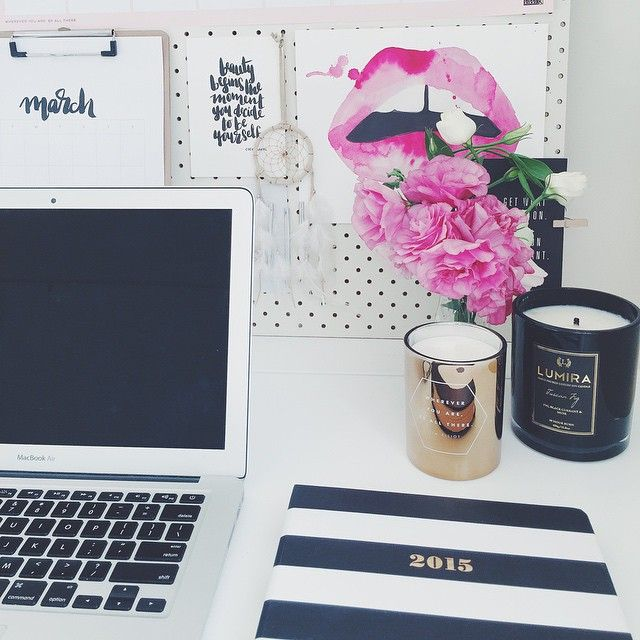 thebetterspace:This desk that makes you wanna start your day with blogging.Owner: Rachel Gadiel, Blogger.