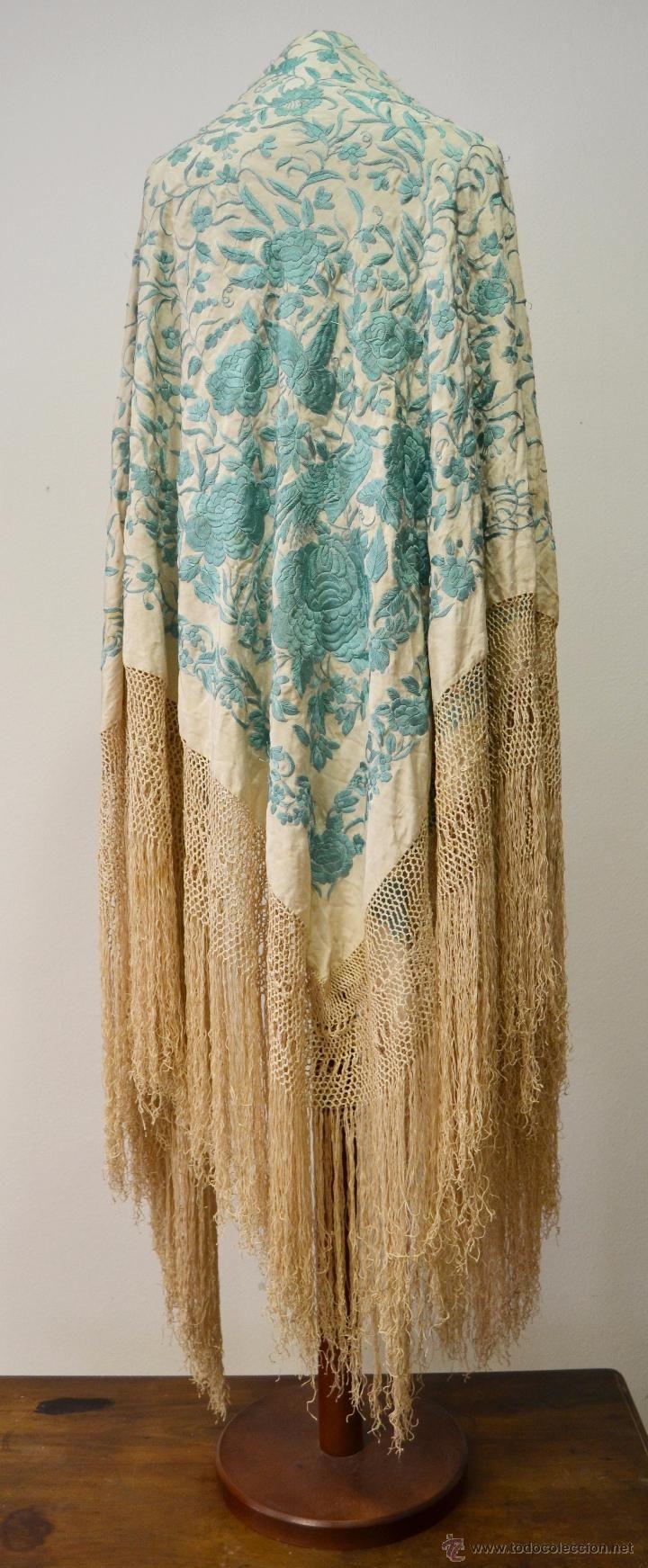 Antiguo mantón de Manila turquesa y marfil bordado a mano.