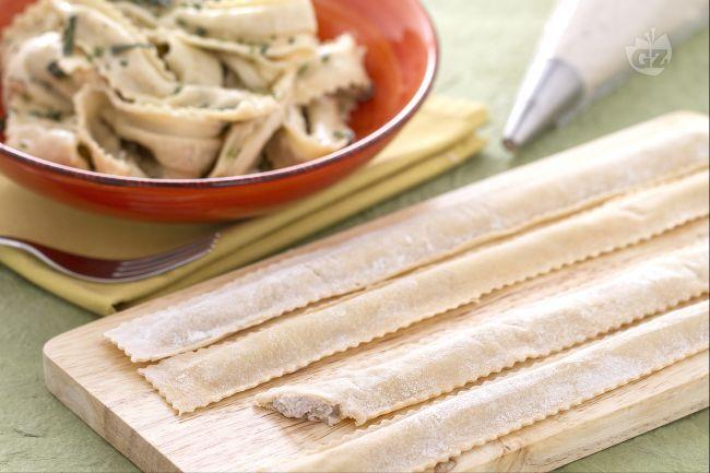 Le tagliatelle ripiene sono un gustoso primo piatto a base di pasta fresca ripiena di carne bovina macinata, ricotta e parmigiano.