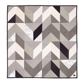 Det härliga överkastet Arrow kommer från Ferm Living och är tillverkat i fin bomull. Överkastet har en trendig design med ett grafiskt mönster som ger din säng en modern look på ett ögonblick. Framsidan av överkastet har ett lapptäcksmönster med trianglar i olika färger och baksidan är helt i svart. Kombinera det fina överkastet med andra trendsäkra textiler från Ferm Living för att skapa en stilfull look i ditt sovrum.