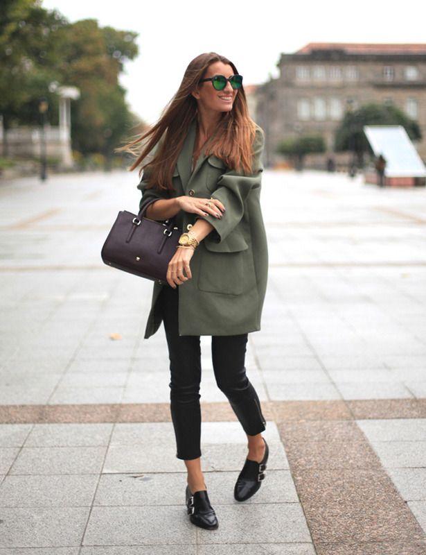 Silvia García, de Bartabac, escoge el verde militar en el abrigo, y el berenjena en el bolso, como colores protagonistas de un 'look' en negro. Lo acompaña con zapatos masculinos de doble hebilla.