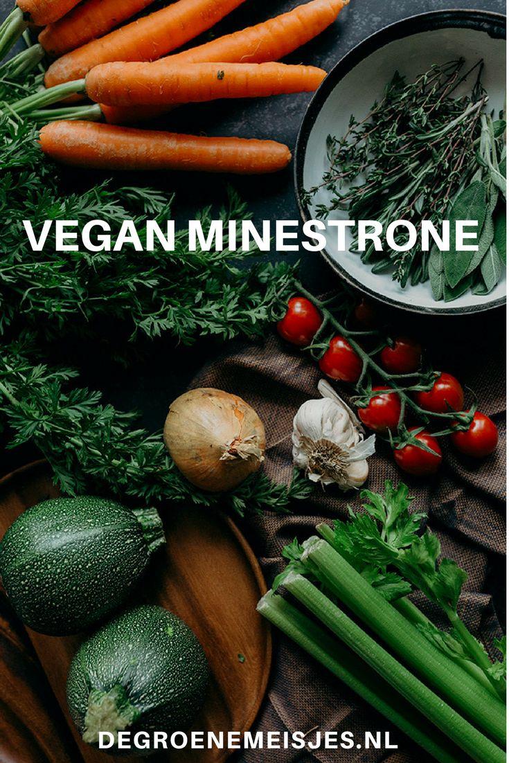 Gezond recept voor minestrone soep. Vegan basisrecept met o.a. pasta, courgette, passata, wortels, bonen en meer. #soep #minestronesoup #vegan #veganfood #veganrecipes