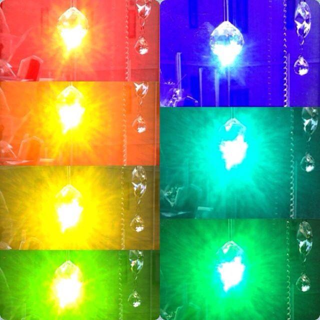 サンキャッチャーで出来る7色のプリズム。ちょっとずつ角度を変えて見るとレインボー! #suncatcher #rainbow #サンキャッチャー