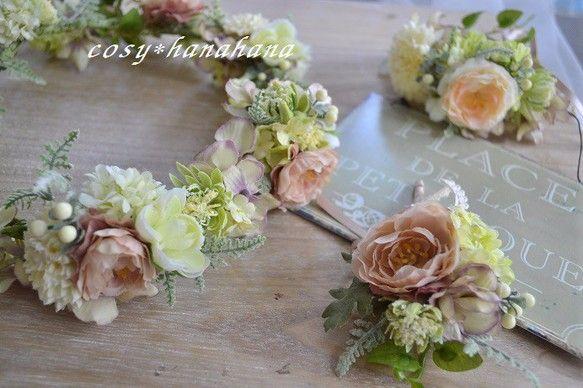 紫陽花をレイのようにつなげたふんわり優しい感じの花冠です。花材はアーティフィシャルフラワーを使用しております。レースのリボンで結んで垂れ下がります。またヘアア...|ハンドメイド、手作り、手仕事品の通販・販売・購入ならCreema。