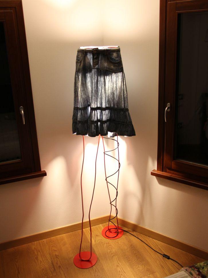 MARY'S SKIRT Lampada con gambe di donna. Realizzato in ferro
