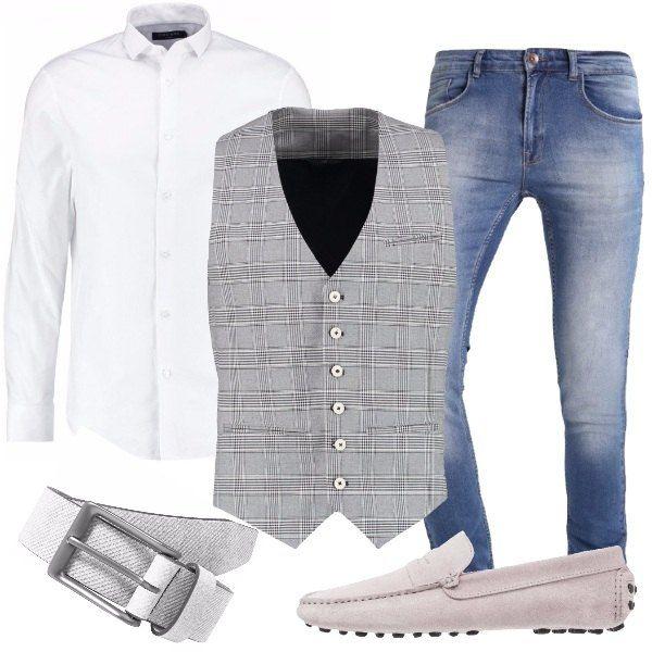 Outfit indicato per un uomo attento ai dettagli composto da gilet grigio a quadri dal taglio elegante, jeans, camicia bianca classica, mocassini grigi e cintura in pelle grigia con fibbia.
