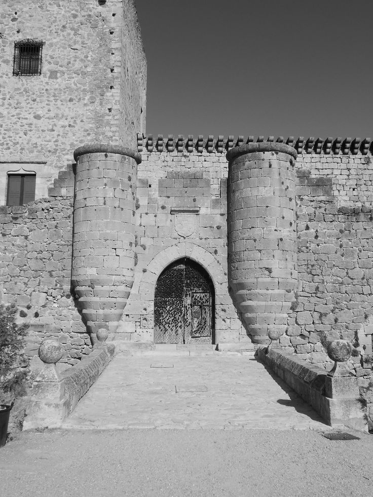 Castillo. Puerta con garitones y puente sobre foso.