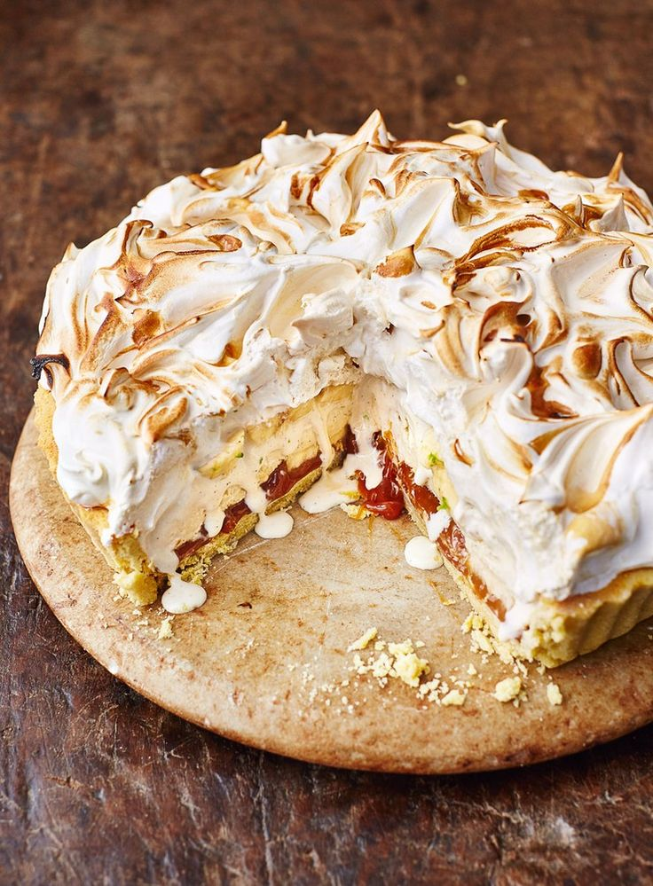 I had this idea to marry off two of my favourite desserts – banoffee pie and baked Alaska, which means you get creamy cold vanilla ice cream in the middle of a delicious warm tart. And let me tell you, this marriage is blooming amazing!