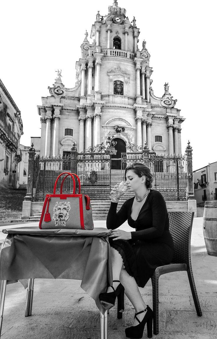 Una borsa di un'eleganza quotidiana: uno scrigno contenente tutto l'oro della cultura, in cui sono racchiuse non solo Ragusa e la sua storia, ma anche Lucca, Torino, e altre città italiane.