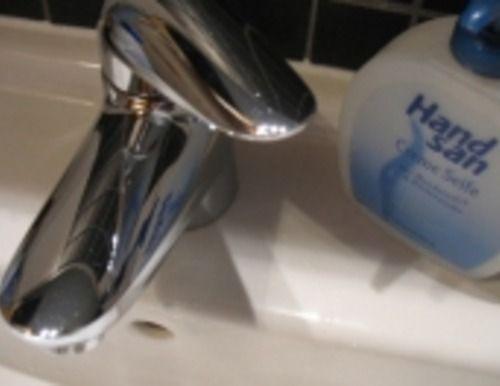 Die Abfluss-Reinigung: Etwa alle zwei Wochen muss ich meinen Wasserkocher (1,5 Liter) entkalken. Ich mache das mit Wasser (ca. 1,7 Liter) und 3 Esslöffel Essig- oder Citrusessenz. Ich koche die Mischung auf, warte ab, bis der Kalk gelöst ist, koche das Wasser nochmal auf und schütte es dann langsam in einen der Abflüsse.   Auf diese Weise ist jeder Abfluss alle 6 Wochen dran. Das Entkalken, um das ich nicht herumkomme, wenn der Tee genießbar bleiben soll, sorgt dafür, dass ich die…