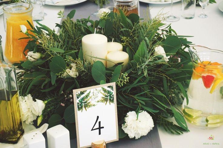 Dekoracja stołów gości. Zielone wieńce ustawione na środku stołu. Miało być zielono i w leśnych klimatach. Chyba się udało :) #wedding #flowers #table #decoration #2016 #green