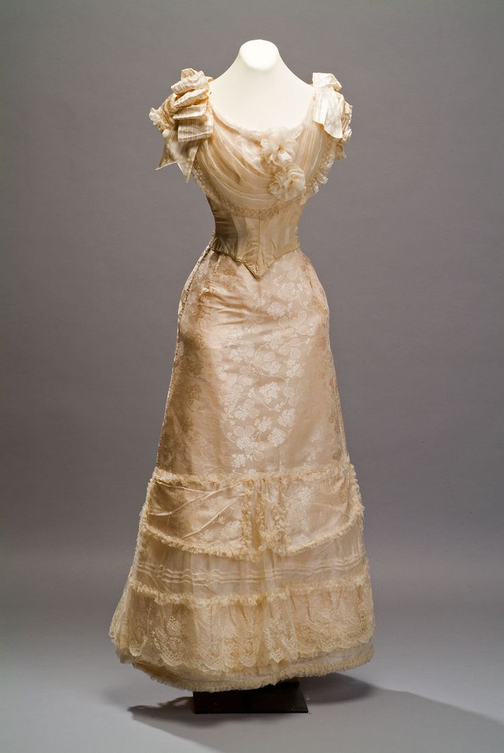 Dress Author Unknown Late nineteenth century Damascus silk crepe applications, chiffon, lace and silk ribbons 156x120 cm. Collection Museum of Mexican History Location: Bodega collections