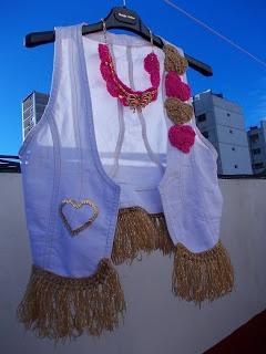 Chaleco de jean con apliques tejidos crochet y terminación de flecos, collar tejido crochet con apliques en cadena.
